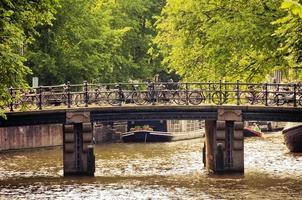 fietsen op een brug in amsterdam