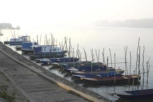 vissersboten op de rivier foto