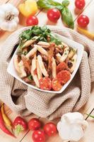 Italiaanse pasta met vlees en tomatensaus foto
