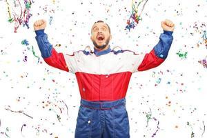 dolblije autoracer die de overwinning viert foto