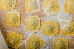 huisgemaakte ravioli gevuld met spinazie en ricotta foto