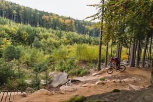 mountainbiker rijden fietsen in herfst bos foto