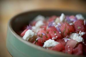 zomersalade met watermeloen, bieslook, dille en fetakaas