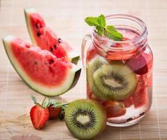 doordrenkt watermengsel van aardbei, watermeloen en kiwi foto