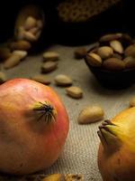 herfst samenstelling van granaatappels op een donkere, rustieke achtergrond