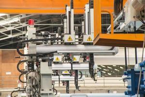 industriële robot die in fabriek werkt foto