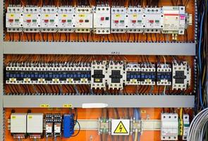 bedieningspaneel met statische energiemeters en stroomonderbrekers (zekering) foto