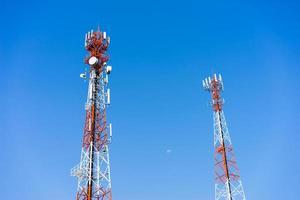 mobiele (mobiele) torenantennes met blauwe hemelachtergrond. foto
