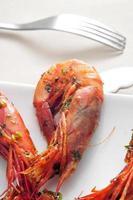 spaanse garnalen met knoflook en peterselie foto