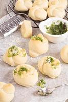 dinerbroodjes met parmezaan en knoflook foto