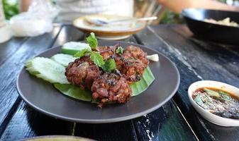 gefrituurd gehakt gekruid varkensvlees foto