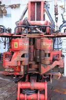 oud ijzer roughneck - apparatuur op booreiland foto