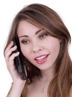 mooie jonge vrouw op mobiele telefoon foto