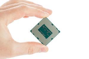 computer processor in hand geïsoleerd op een witte achtergrond