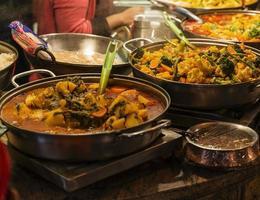 traditionele gerechten blootgesteld in Camden Town foto