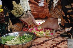 Indonesische traditionele Javaanse huwelijksceremonie foto