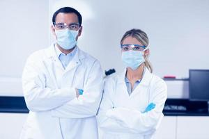 wetenschapsstudenten die beschermende maskers dragen foto