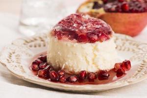 kokos panna cotta dessert met granaatappel foto