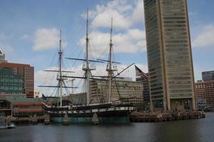 Baltimore Harbor met groot schip foto
