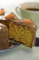 carrot cake met chocolade topping foto