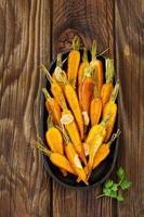 geroosterde worteltjes en kruiden. foto