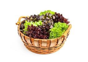 groente in houten mand die op witte achtergrond wordt geïsoleerd foto