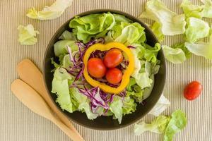 salade achtergrond / salade / salade op kom achtergrond foto