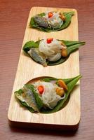 Thaise stijl gebakken makreel vis geserveerd met verse salade foto