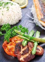 oosterse schotel sushi en groenten, vis en gebakken champignons en foto