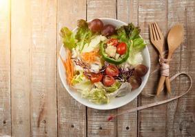 verse gezonde salade, gebruiksvoorwerp en meetlint op houten CHTERGRO foto