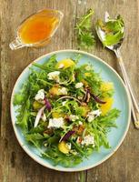 salade met sinaasappels, rucola, walnoten en blauwe kaas. foto