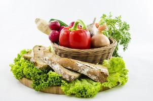 samenstelling met brood en groenten op een houten bord. foto