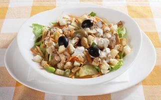 heerlijke salade geserveerd op tafel foto