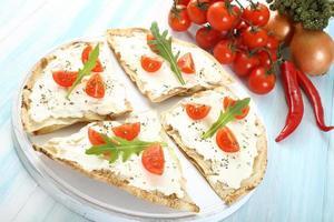 verse pizza, tomaat en kaas foto