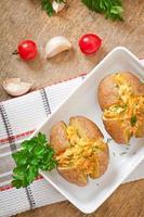 gebakken aardappelen gevuld met kipgehakt en wortelen foto