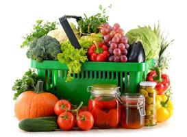 samenstelling met biologisch voedsel op wit wordt geïsoleerd foto