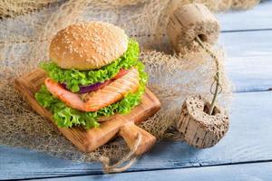 huisgemaakte fishburger met zalm foto
