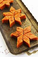 zelfgemaakte wortel halwa, traditioneel Indiaas zoet, op koperen dienblad foto