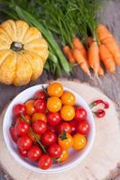 herfstgroenten: tomaten, wortelen, pompoen, snijbonen, pepers foto