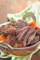 zelfgemaakte Ierse rundvleesstoofpot met wortelen foto
