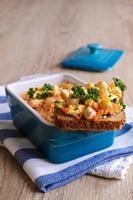 sandwich met wortelen, kaas en kikkererwten foto