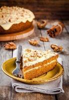 stuk zelfgemaakte carrot cake met walnoten foto