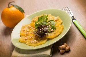 oranje carpacciosalade met hazelnoot foto