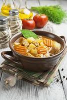 vlees met aardappelen en wortelen in de kom foto