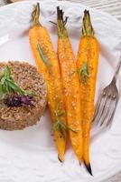 tarwegrutten en gekarameliseerde wortels foto