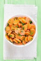 wortelsalade in witte kom foto