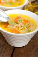 Syrische gerstbouillon soep aleppo-stijl