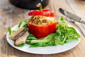 gebakken gevulde paprika's met vleessaus en kaas foto
