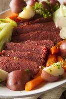 zelfgemaakte corned beef en kool foto