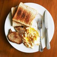 gemakkelijk Amerikaans ontbijt op de houten tafel foto